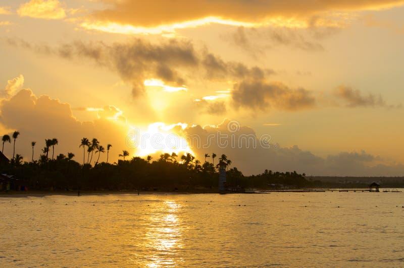 Coucher du soleil au-dessus de la plage des Caraïbes photographie stock libre de droits