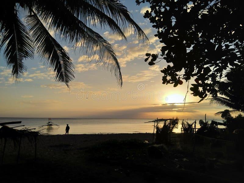 Coucher du soleil au-dessus de la plage photo stock