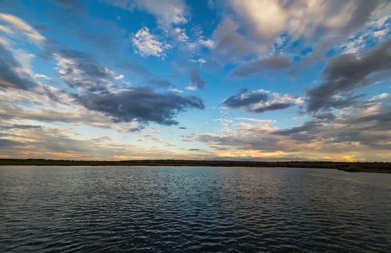Coucher du soleil au-dessus de la rivière de Chobe, parc national de Chobe, Botswana image stock