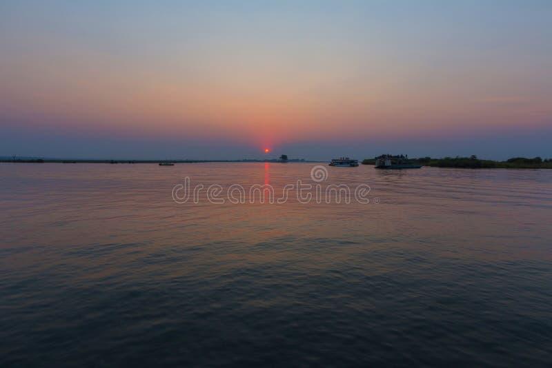 Coucher du soleil au-dessus de la rivière de Chobe photos stock