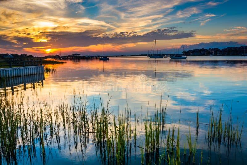 Coucher du soleil au-dessus de la rivière de folie, en plage de folie, la Caroline du Sud photo stock