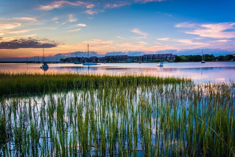 Coucher du soleil au-dessus de la rivière de folie, en plage de folie, la Caroline du Sud images libres de droits