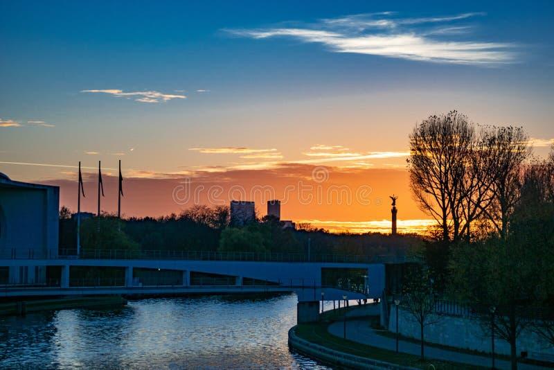 Coucher du soleil au-dessus de la rivière de fête à Berlin images libres de droits