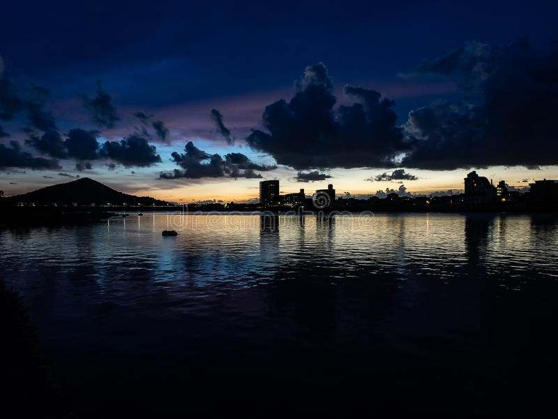 Coucher du soleil au-dessus de la rivière de Kiso images libres de droits