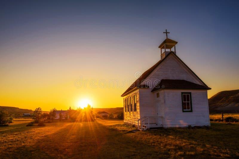 Coucher du soleil au-dessus de la vieille église dans la ville fantôme de Dorothy images libres de droits
