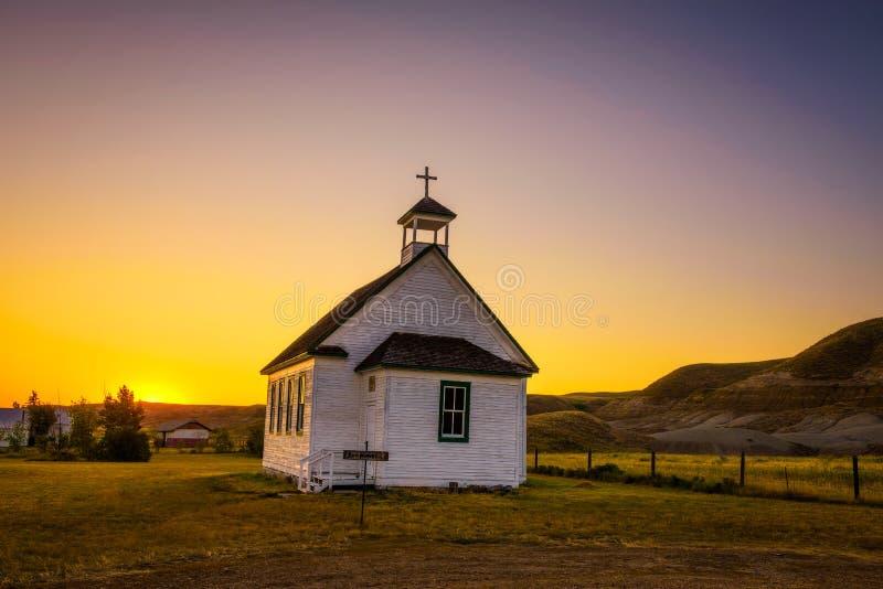 Coucher du soleil au-dessus de la vieille église dans la ville fantôme de Dorothy image stock