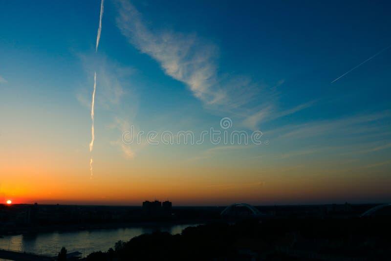 Coucher du soleil au-dessus de la ville images libres de droits