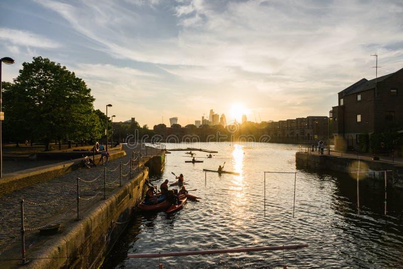 Coucher du soleil au-dessus de la ville de Londres avec des rameurs dans le premier plan photographie stock
