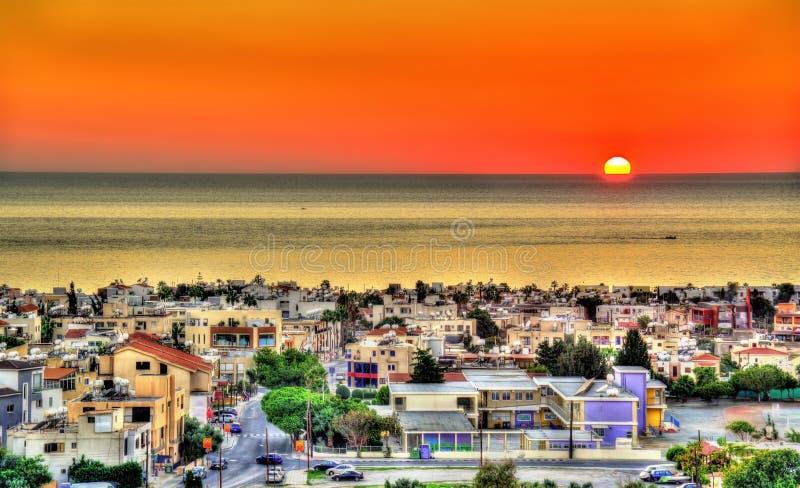 Coucher du soleil au-dessus de la ville de Paphos photographie stock libre de droits