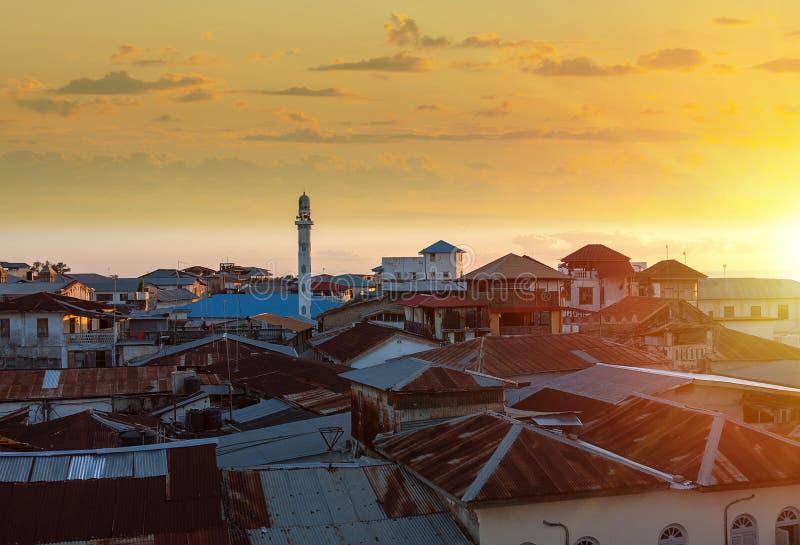 Coucher du soleil au-dessus de la ville en pierre Zanzibar photo stock