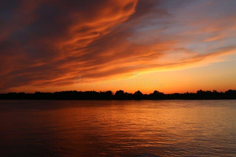 Coucher du soleil au-dessus de la Volga, Astrakan photo stock