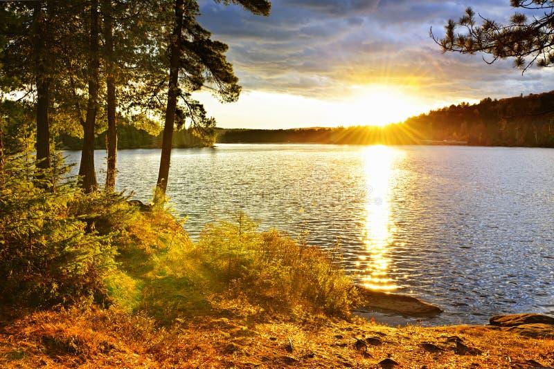 Coucher du soleil au-dessus de lac photo stock