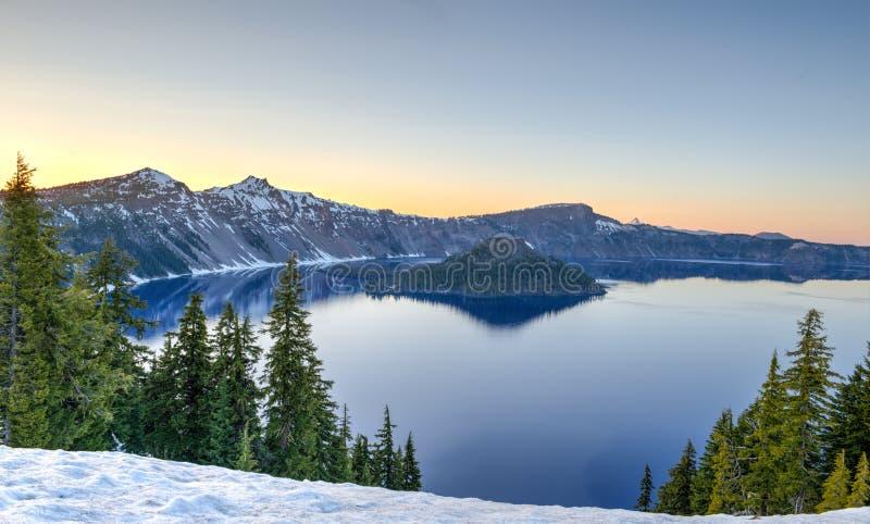 Coucher du soleil au-dessus de lac crater photo stock