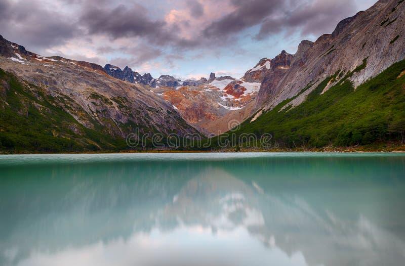 Coucher du soleil au-dessus de lac laguna Esmeralda en Tierra del Fuego photographie stock libre de droits