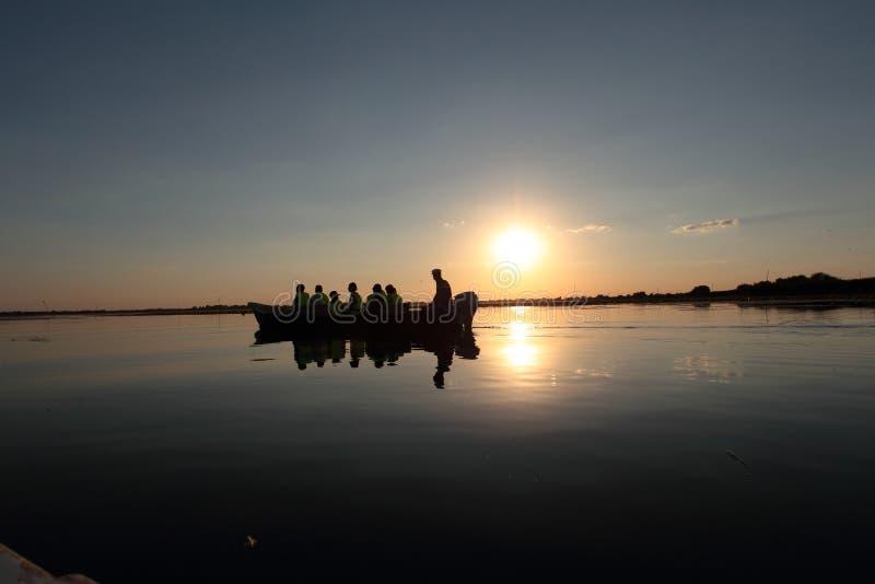 Coucher du soleil au-dessus de lac Nebunu dans le delta de Danube, Roumanie images libres de droits