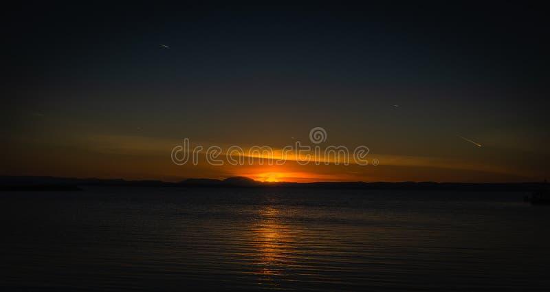 Coucher du soleil au-dessus de lac Neusiedler dans Podersdorf photographie stock