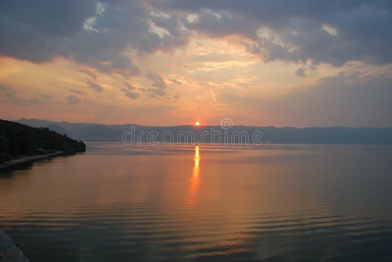 Coucher du soleil au-dessus de lac Ohrid et des montagnes albanaises photo libre de droits