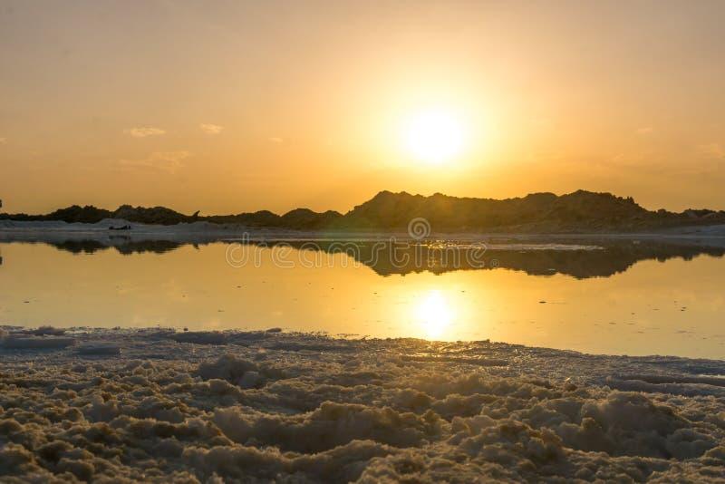 Coucher du soleil au-dessus de lac salt par la province sfahan Iran de Varzaneh Iin image libre de droits