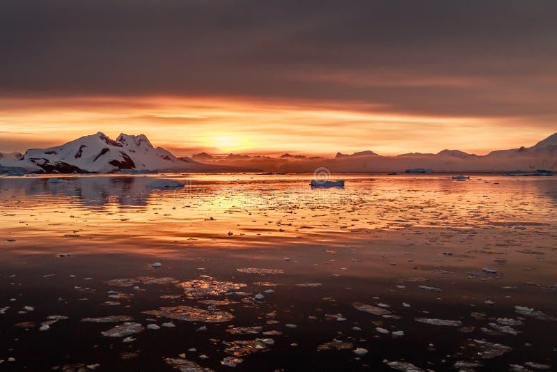 Coucher du soleil au-dessus de lagune antarctique avec les icebergs et les crêtes de dérive de neige à l'arrière-plan, la Manche  images libres de droits