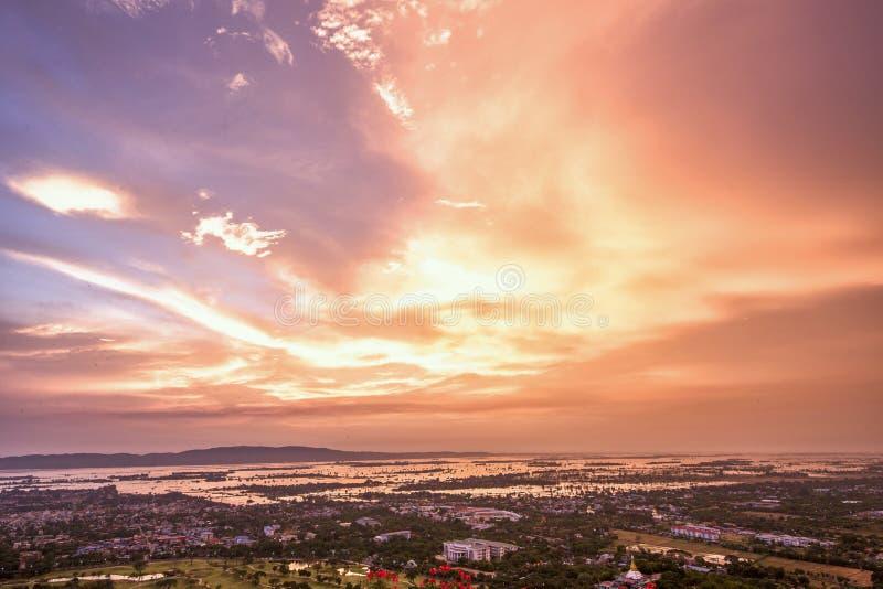 Coucher du soleil au-dessus de Mandalay dans Myanmar photographie stock