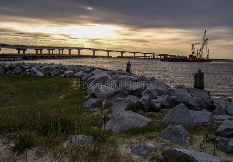 Coucher du soleil au-dessus de Marc Basnight Bridge vers l'?le de Hatteras photo stock