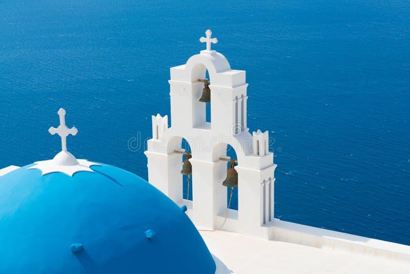 Coucher du soleil au-dessus de mer Égée avec la vue à la Vierge Mary Catholic Church Three Bells de Fira, Santorini photos libres de droits
