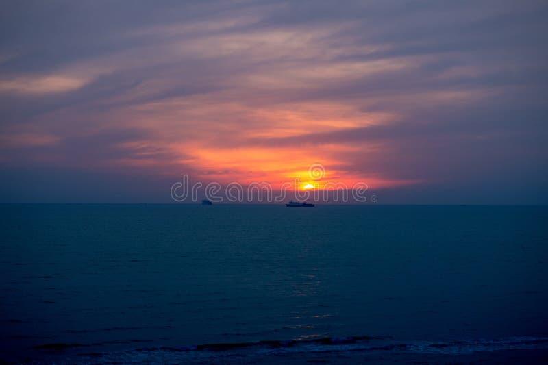 Coucher du soleil au-dessus de Mer Adriatique, Durres, Albanie photos stock