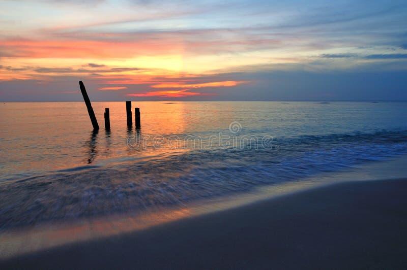 Coucher du soleil au-dessus de mer et de plage image libre de droits