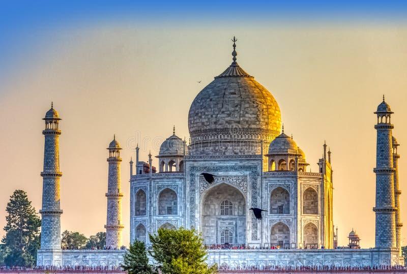 Coucher du soleil au-dessus de palais de Taj Mahal avec des corbeaux de vol - Âgrâ, Uttar Pradesh, Inde images libres de droits