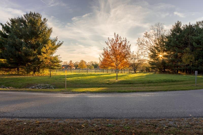 Coucher du soleil au-dessus de parc de rive, Findlay, Ohio image stock