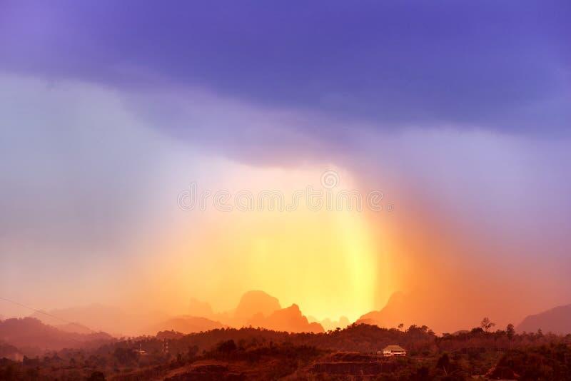 Coucher du soleil au-dessus de parc national de Khaosok photos libres de droits