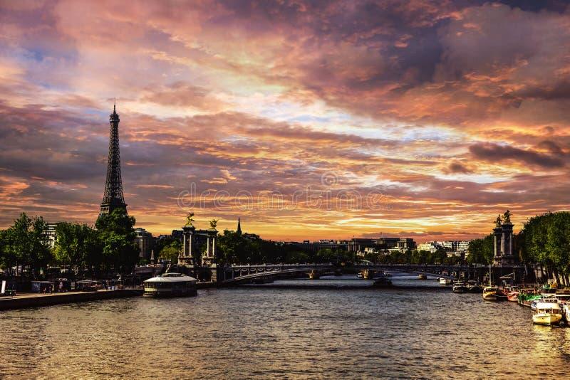 Coucher du soleil au-dessus de Paris photos libres de droits