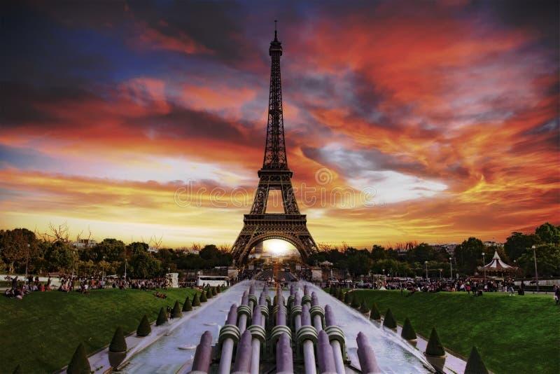 Coucher du soleil au-dessus de Paris images stock