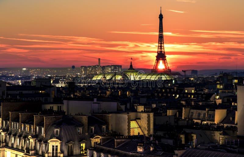 Coucher du soleil au-dessus de Paris images libres de droits