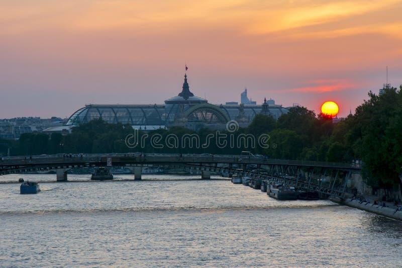 Coucher du soleil au-dessus de Paris, France photos stock
