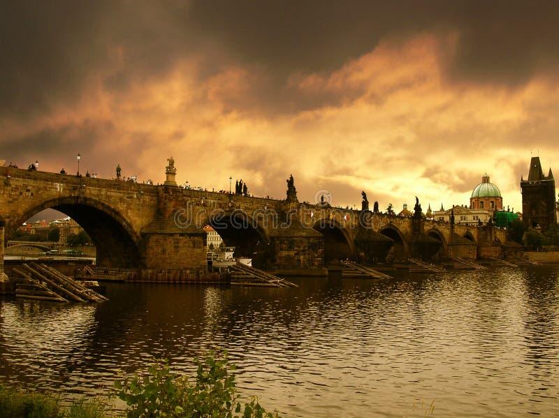 Coucher du soleil au-dessus de passerelle de Charles à Prague images libres de droits