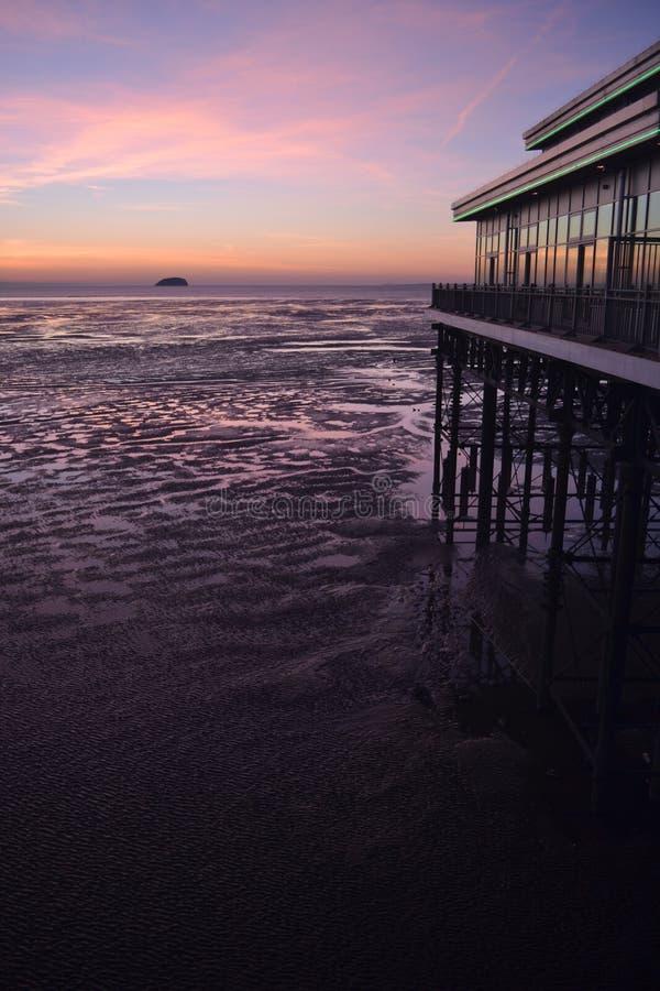 Coucher du soleil au-dessus de pilier et de plage de Weston Super Mare photos libres de droits