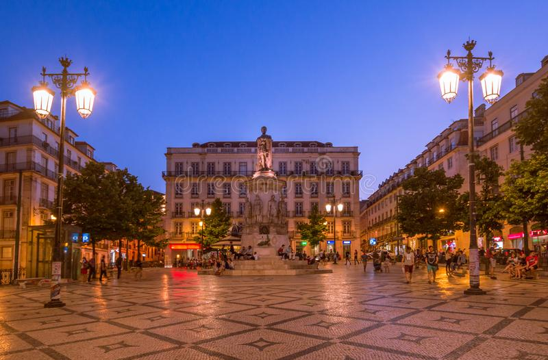 Coucher du soleil au-dessus de place de Luis de Camoes à Lisbonne, Portugal photos stock