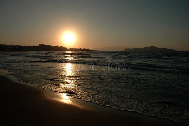 Coucher du soleil au-dessus de plage photo stock