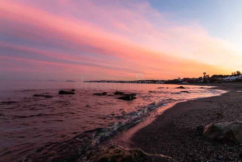 Coucher du soleil au-dessus de plage, Estepona, Espagne photo stock