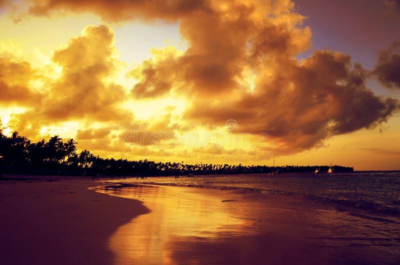 Coucher du soleil au-dessus de plage exotique dans Punta Cana image stock