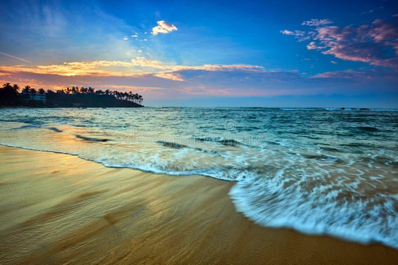 Coucher du soleil au-dessus de plage, Mirissa, Sri Lanka photo stock