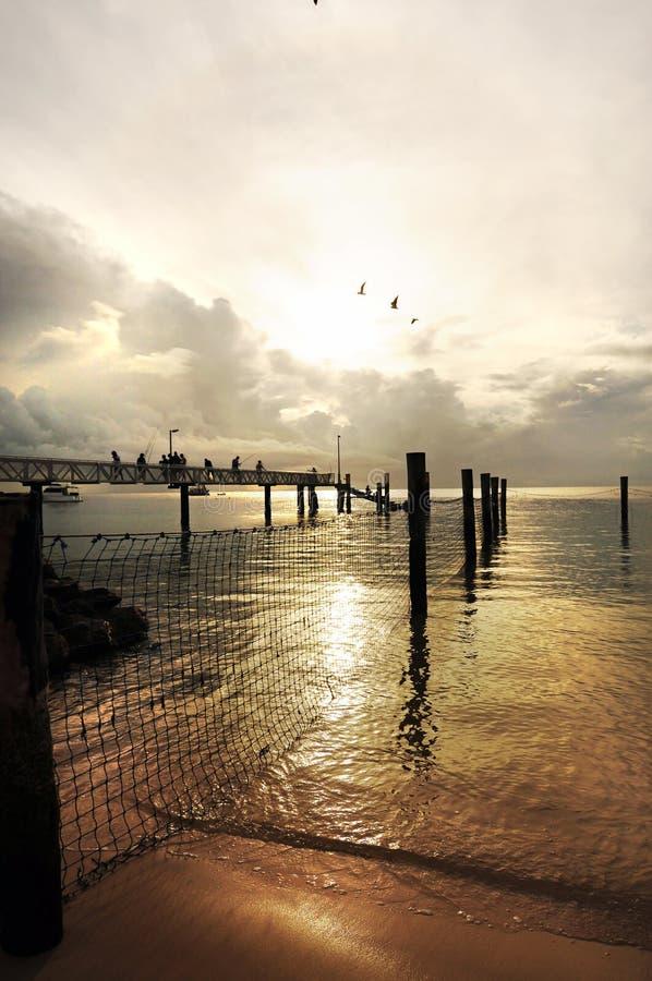 Coucher du soleil au-dessus de point d'amitié de pilier de pêche, île du nord de Stradbroke photos stock