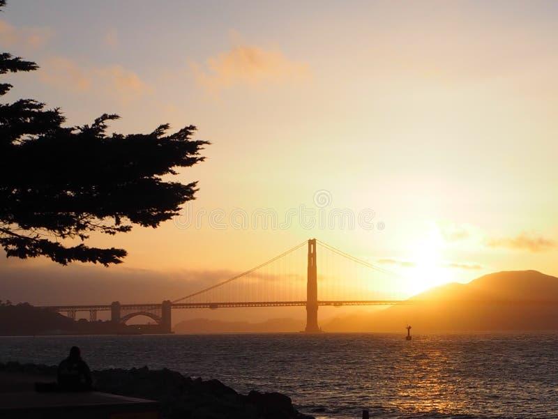 Coucher du soleil au-dessus de pont en porte d'or photo stock
