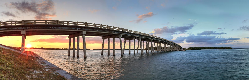 Coucher du soleil au-dessus de pont le long du boulevard d'Estero, croisant au-dessus du nouveau Pas photographie stock