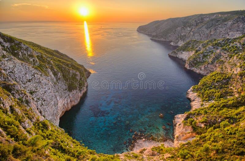 Coucher du soleil au-dessus de Porto Schiza, île de Zakynthos, Grèce images libres de droits