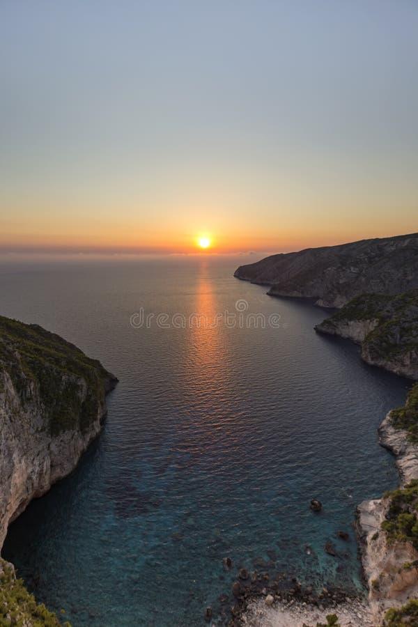 Coucher du soleil au-dessus de Porto Schiza, Zakynthos photos stock