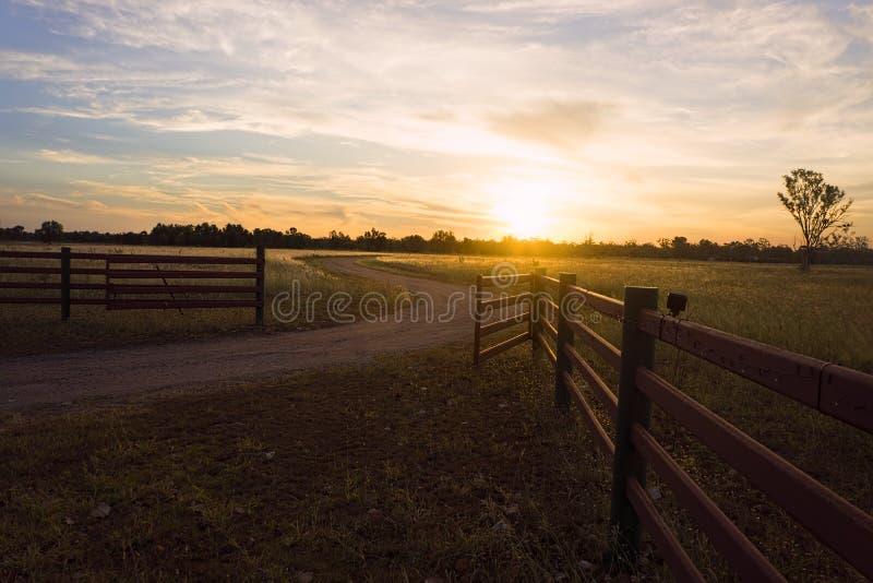 Coucher du soleil au-dessus de pré occidental du Queensland photo libre de droits