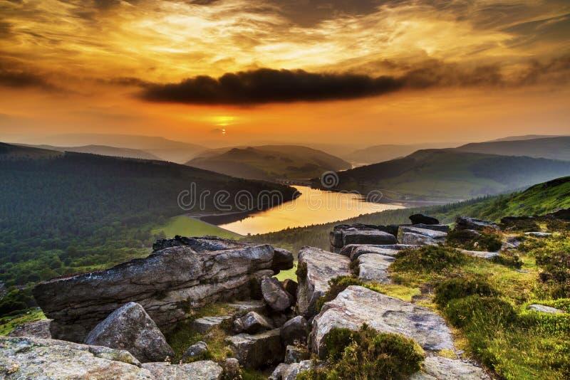 Coucher du soleil au-dessus de réservoir de Ladybower image stock