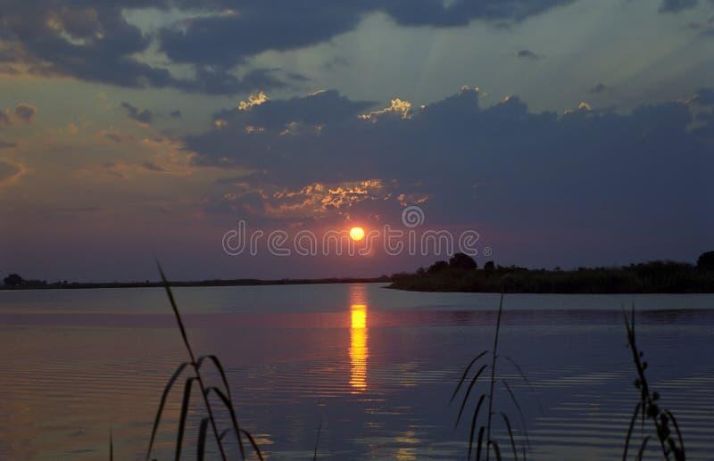 Coucher du soleil au-dessus de rivière Chobe, Kasane, Botswana photos libres de droits